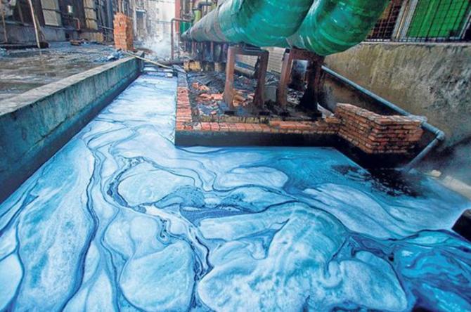 인디고는 물에 녹지 않기 때문에 물에 녹는 형태인 류코인디고로 환원시켜 염색해야 한다. 이 과정에 쓰이는 환원제가 설비를 부식시킬 뿐 아니라 염색과정에서 나온 폐수가 방류되면서 심각한 수질오염을 일으키고 있다. 중국의 한 청바지 염색 공장에서 나온 폐수로 인디고가 포함돼 있어 파랗다. - Greenpeace Asia 제공